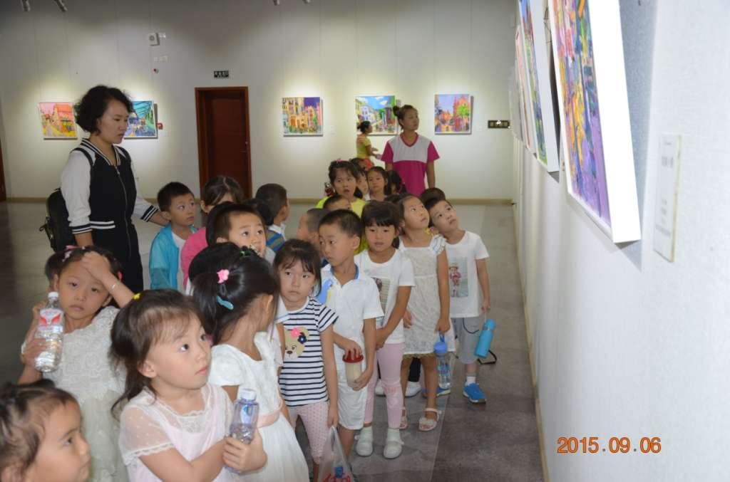 小博士幼儿园的小朋友们手拉手来到中山美术馆参观
