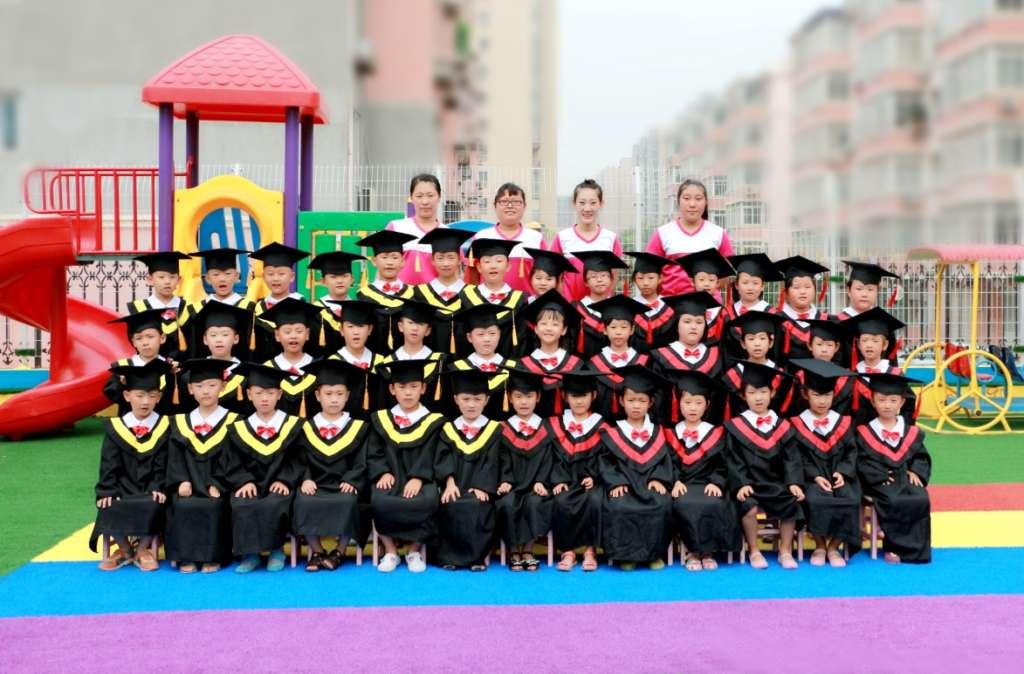 为每位幼儿园即将毕业的小朋友拍摄个人的博士服毕业照,深的家长的图片
